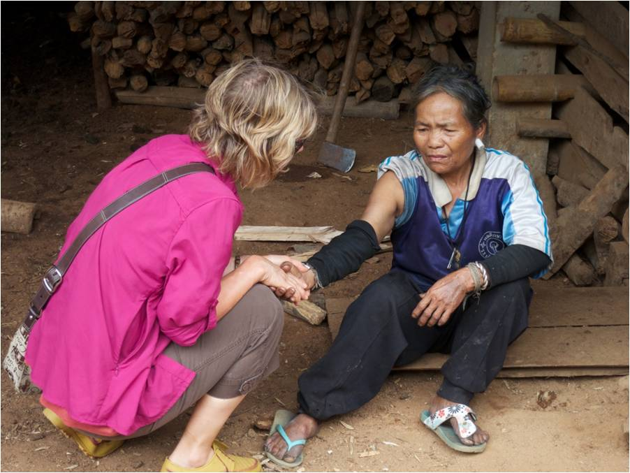 Sharon Jensen shakes hands with thai woman
